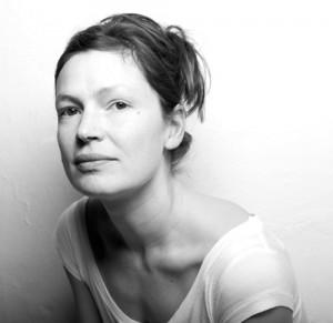 Camilla Martens banker i bordet