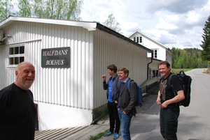 Halfdan Esborg tar imot besøkende: Ola Jostein Jørgensen, Marius Fossøy Mohaugen og Inge Haugane. Foto: Stian Johansen